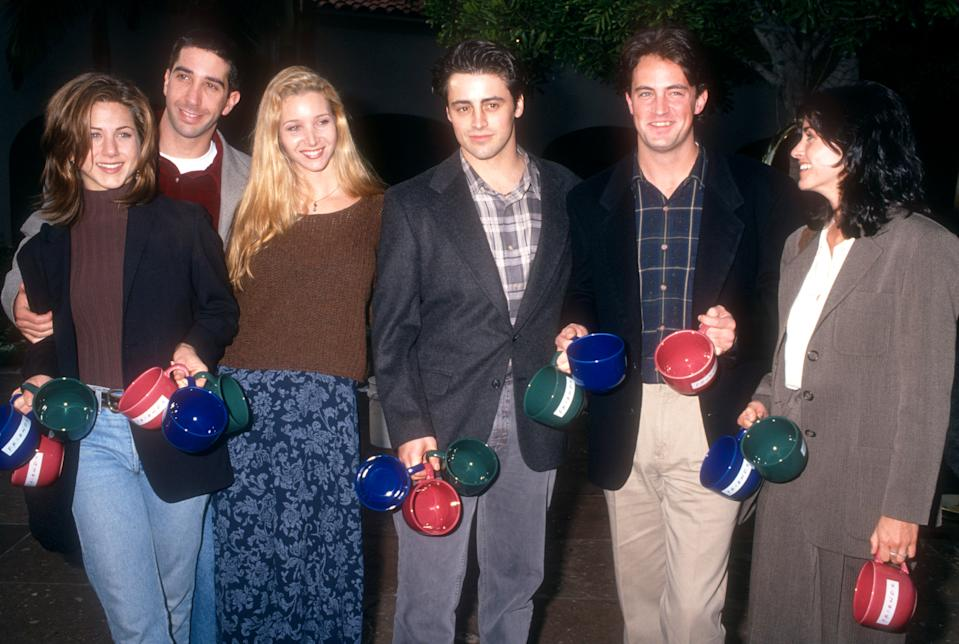 LOS ANGELES, CA - JANUARY 9: Actors Jennifer Aniston, David Schwimmer, Lisa Kudrow, Matt LeBlanc, Matthew Perry and Courtney Cox of the television comedy, Friend's pose for a portrait during an NBC Press Tour Party on January 9, 1995 in Los Angeles, California. (Photo by Ron Davis/Getty Images)