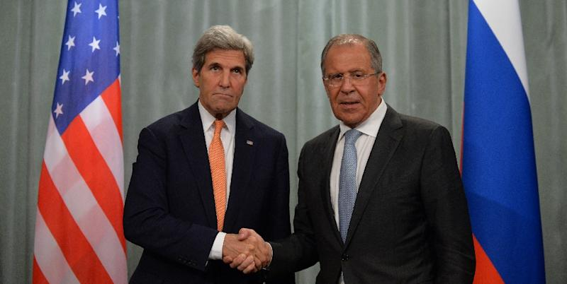 Russian Foreign Minister Sergei Lavrov (R) shakes hands with US Secretary of State John Kerry on July 15, 2016