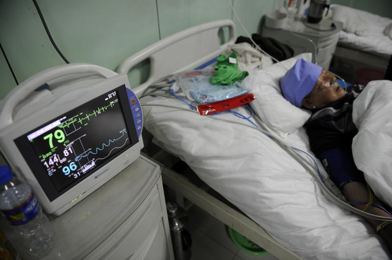 A monitor shows the vital signs of a victim who was injured during a stampede at a mosque, in a hospital in Xiji county of Guyuan, Ningxia Hui Autonomous Region January 5, 2014 in this picture released by Chinese official Xinhua News Agency. A stampede at a religious ceremony in northwestern China as food was being handed out killed 14 people and injured 10, the official Xinhua news agency reported on Monday. Picture taken January 5, 2014. REUTERS/Li Ran/Xinhua (CHINA - Tags: DISASTER HEALTH RELIGION) ATTENTION EDITORS - NO SALES. NO ARCHIVES. FOR EDITORIAL USE ONLY. NOT FOR SALE FOR MARKETING OR ADVERTISING CAMPAIGNS. THIS IMAGE HAS BEEN SUPPLIED BY A THIRD PARTY. IT IS DISTRIBUTED, EXACTLY AS RECEIVED BY REUTERS, AS A SERVICE TO CLIENTS. CHINA OUT. NO COMMERCIAL OR EDITORIAL SALES IN CHINA. YES
