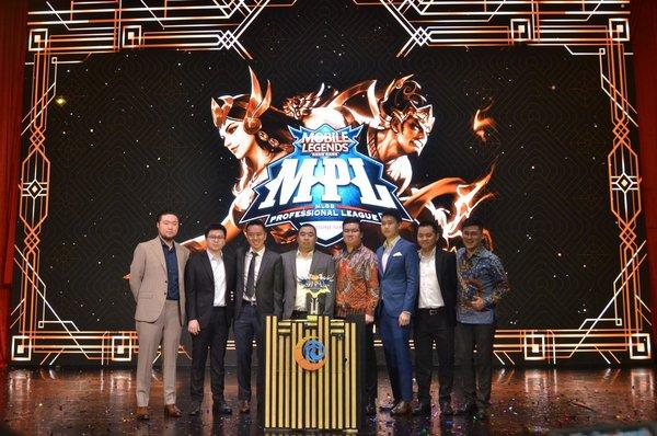 MOONTON and eight eSport Mobile Legends team representatives during the press conference of Mobile Legends: Bang Bang Professional League Season 4 at Pullman Central Park Ballroom, West Jakarta, Tuesday, July 23, 2019.
