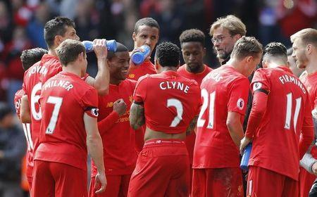 Liverpool manager Juergen Klopp speaks to Liverpool's Georginio Wijnaldum and team mates during the game