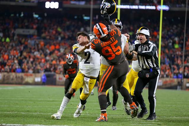 Cleveland Browns defensive end Myles Garrett swings at Pittsburgh Steelers quarterback Mason Rudolph with Rudolph's own helmet at FirstEnergy Stadium on Thursday night. (Frank Jansky/Icon Sportswire/Getty Images)