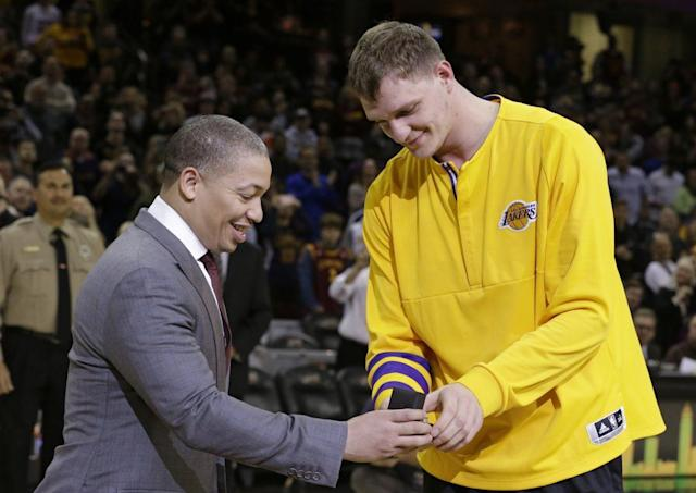 """Cavscoach Tyronn Lue presents <a class=""""link rapid-noclick-resp"""" href=""""/nba/players/4794/"""" data-ylk=""""slk:Timofey Mozgov"""">Timofey Mozgov</a> his championship ring before Cleveland's game against the L.A. Lakers. (AP)"""