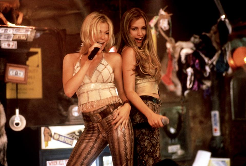 LeAnn Rimes and Perabo in the closing duet from 'Coyote Ugly' (Photo: Courtesy Touchstone Pictures/Everett Collection)