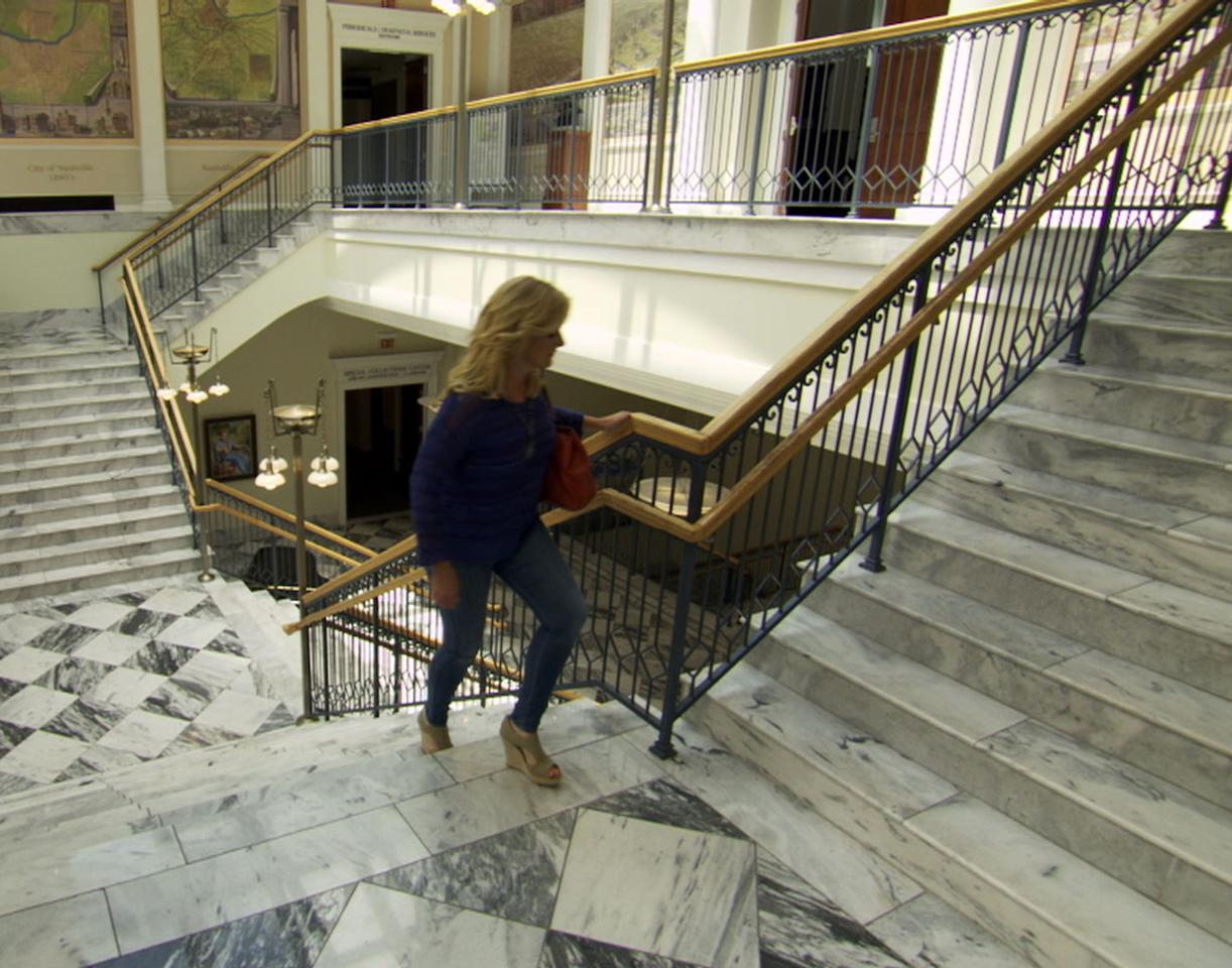 "Trisha Yearwood walks through the Nashville Public Library in TLC's ""Who Do You Think You Are?"""
