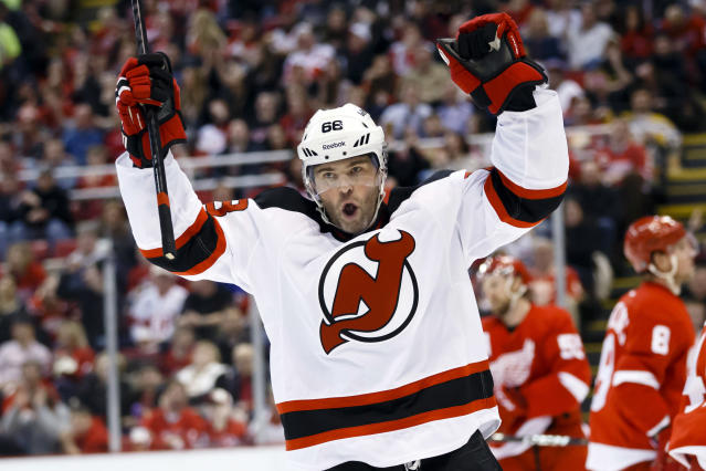 Jaromir Jagr doesn't like autograph hounds