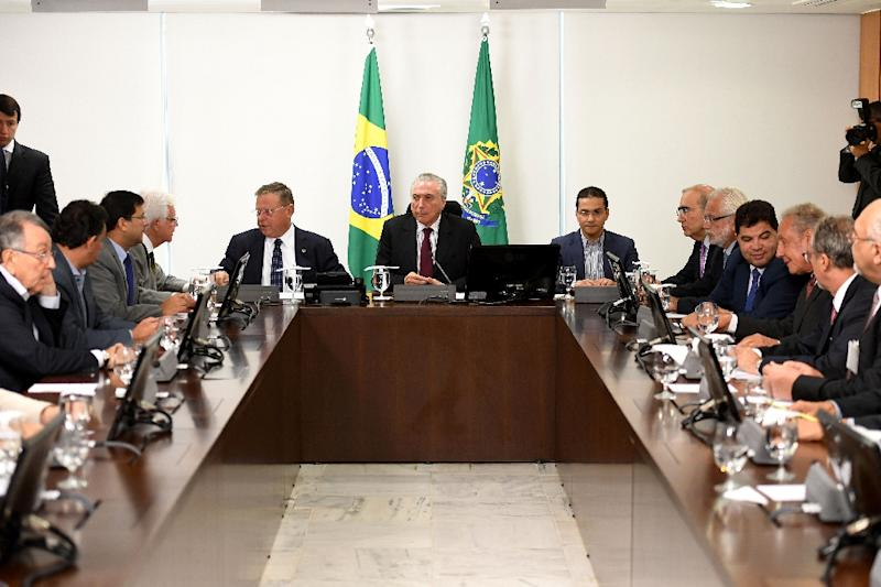 Brazilian President Michel Temer (C), flanked by his Agriculture Minister Blairo Maggi (L) and Industry and External Commerce Minister Marco Pereira, holds an emergency meeting with meatpacking representatives (AFP Photo/EVARISTO SA)