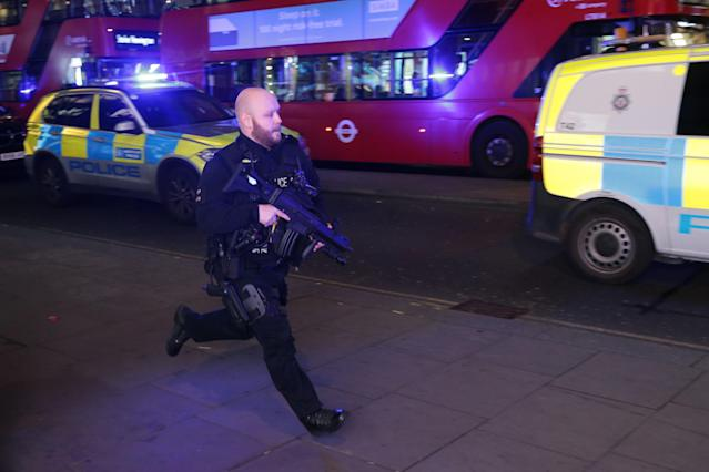 <p>An armed policeman runs down Oxford Street in central London on Nov. 24, 2017, as police responded to an incident. (Photo: Daniel Leal-Olivas/AFP/Getty Images) </p>