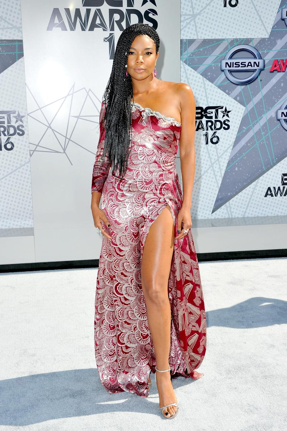 <p>Debuting a new Sengalese braids aka twisted braids hairstyle that set Twitter on fire, Gabrielle Union looked so hot in in a one-shoulder red dress with a white fan pattern. <i>(Photo: Getty Images)</i></p>
