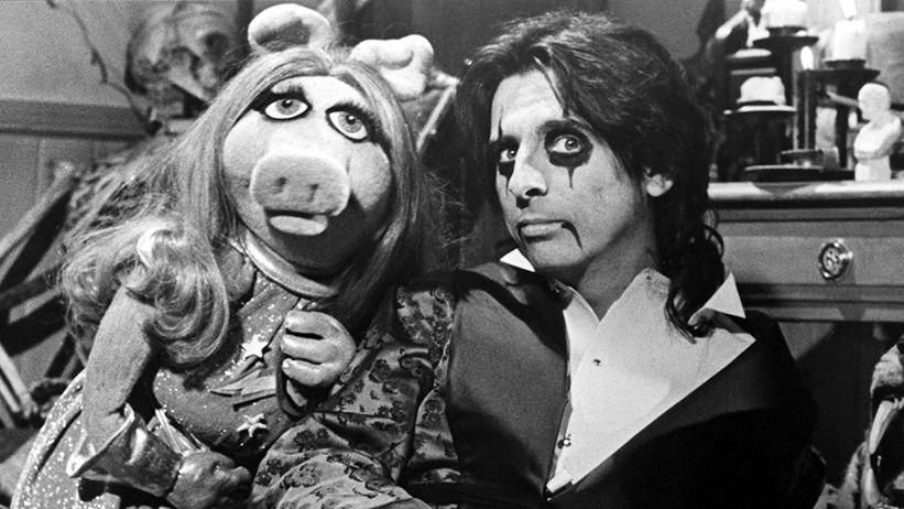 Miss Piggy and Alice Cooper in 1978. (Photo: Everett Collection)