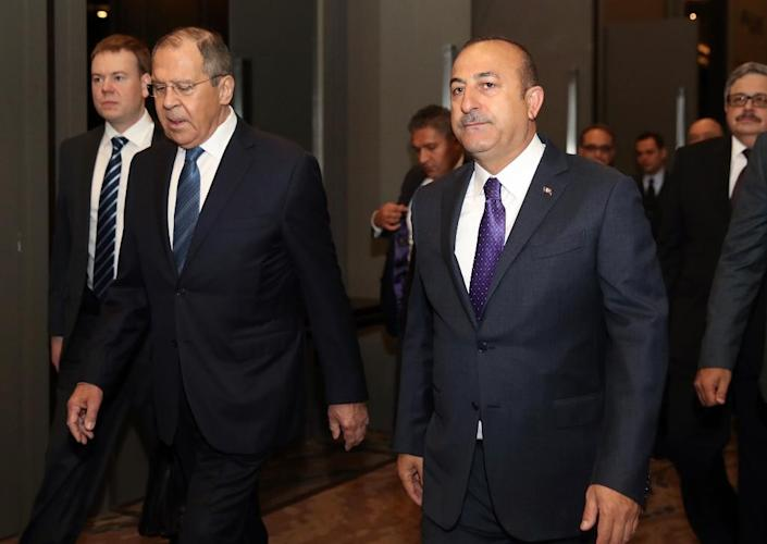 Turkish Foreign Minister Mevlut Cavusoglu (R) defended the Russian missile deal after a meeting Russian counterpart Sergei Lavrov (AFP Photo/Fatih Aktas)
