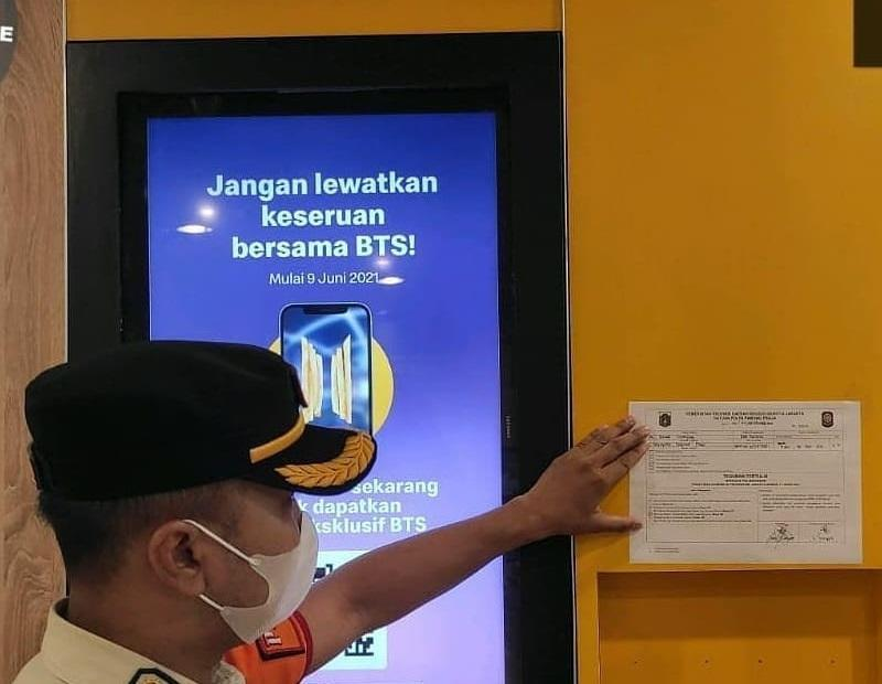 20 McDonald's outlets were ordered to temporarily shut while others were given a written warning for violating health safety protocols during a pandemic. ― Picture via Instagram/@satpolpp.dki