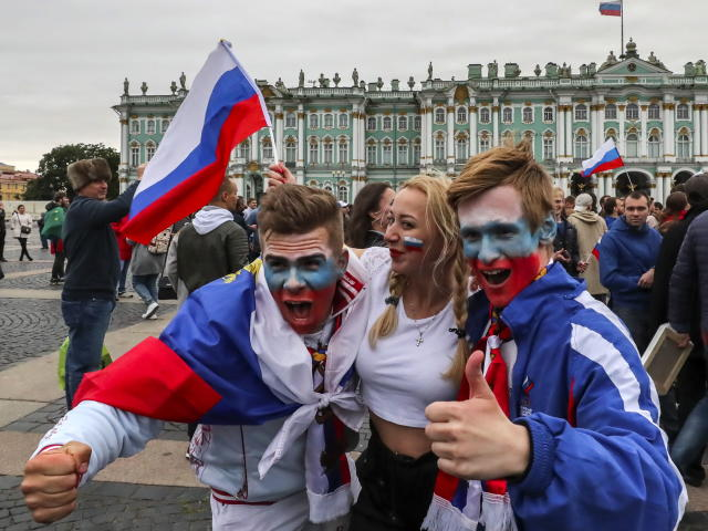Fans of Russia celebrate in the center of St.Petersburg, Russia, 01 July 2018, after their team's victory in the FIFA World Cup 2018 round of 16 soccer match between Spain and Russia. Russia beat Spain on penalty shootout. (España, Mundial de Fútbol, Rusia) EFE/EPA/GEORGI LICOVSKI