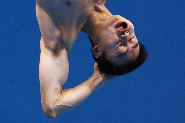 China's Qin Kai performs a dive during the men's 3m springboard final at the London 2012 Olympic Games at the Aquatics Centre August 7, 2012.   REUTERS/Michael Dalder (BRITAIN  - Tags: SPORT DIVING OLYMPICS TPX IMAGES OF THE DAY)