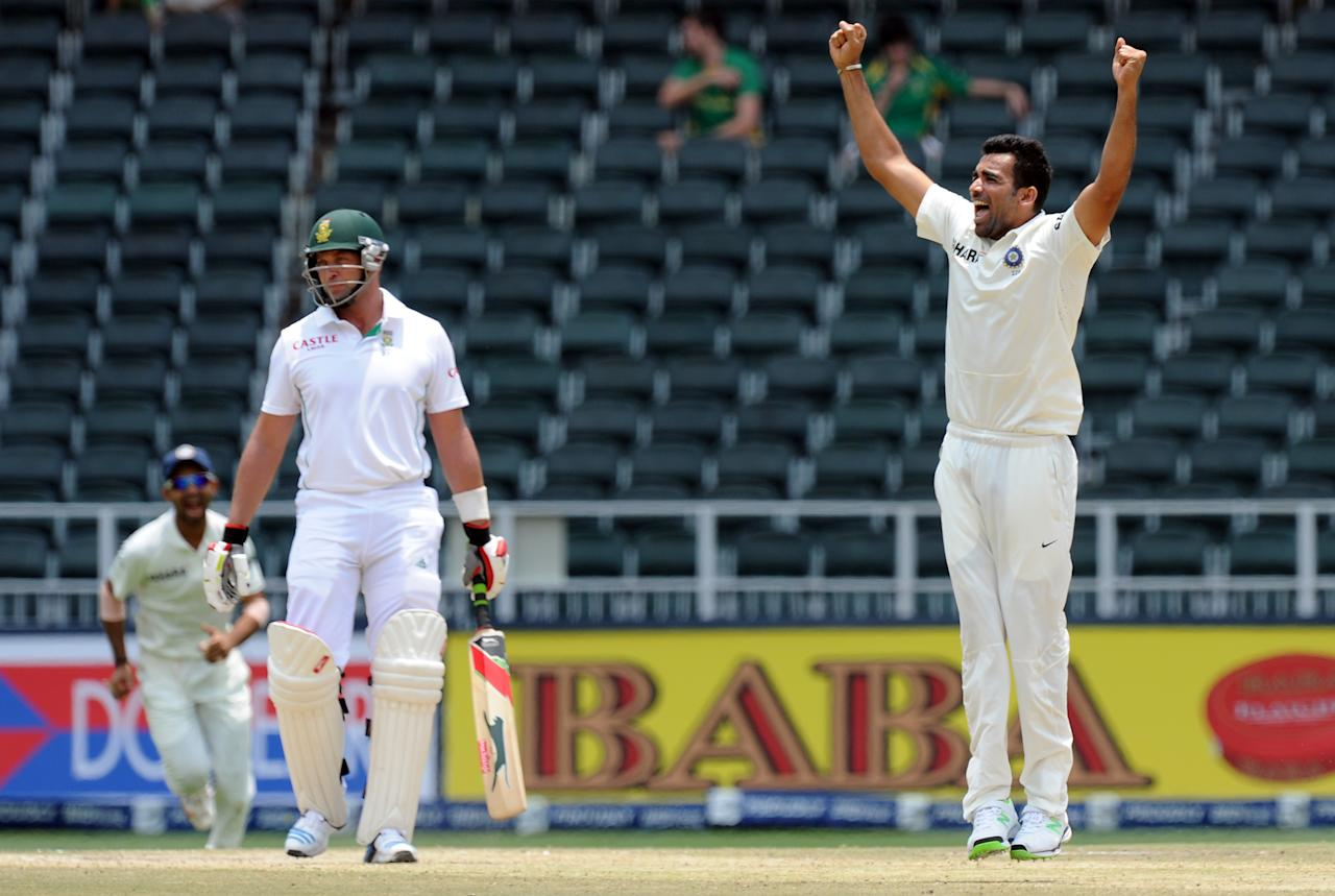 Indian bowler Zaheer Khan (R) celebrates after bowled out South African batsman on the 5th day of a first cricket Test match between South Africa and India in Johannesburg at Wanderers Stadium on December 22, 2013.   AFP PHOTO