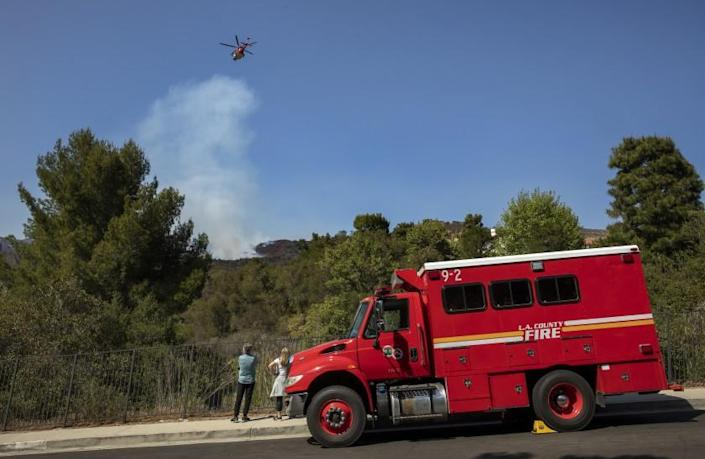 PACIFIC PALISADES, CA - MAY 17: A pilot with Los Angeles City Fire prepares to make a water drop on a brush fire burning near homes as seen from Verada de la Montura in Pacific Palisades. (Mel Melcon / Los Angeles Times)