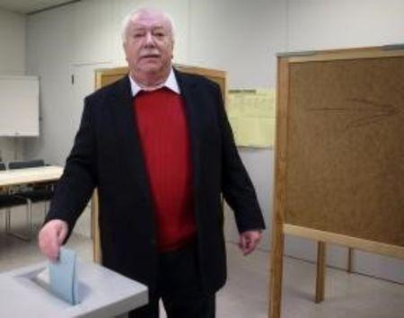Mayor and province governor of Vienna Michael Haeupl of the Social Democratic Party (SPOe) casts his ballot during regional elections in Vienna, Austria, October 11, 2015. REUTERS/Heinz-Peter Bader