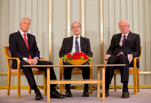 The Organisation for the Prohibition of Chemical Weapons' Director General Ahmet Uzumcu (C), Nobel Institute director Geir Lundestad (R) and Chairman of the Norwegian Nobel Committee Thorbjoern Jagland (L), in Oslo, Norway, on December 9, 2013 (AFP Photo/Daniel Sannum Lauten)