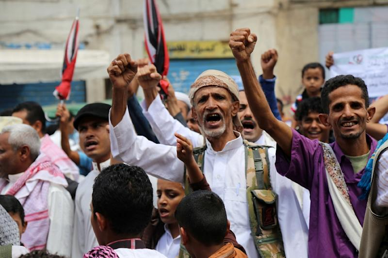 Yemenis shout slogans during a demonstration in support of the Saudi-led operation against the Shiite Huthi rebels in Taez on September 11, 2015 (AFP Photo/Ahmad al-Basha)