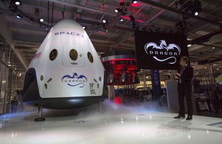 File Photo: SpaceX CEO Elon Musk (R) unveils the Dragon V2 spacecraft in Hawthorne, California May 29, 2014. REUTERS/Mario Anzuoni/File Photo