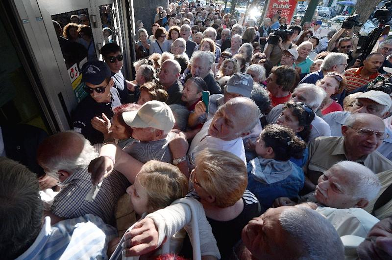 Pensioners queue outside a National Bank branch, as banks only opened for the retired to allow them to cash up to 120 euros in Athens on July 1, 2015 (AFP Photo/Louisa Gouliamaki)