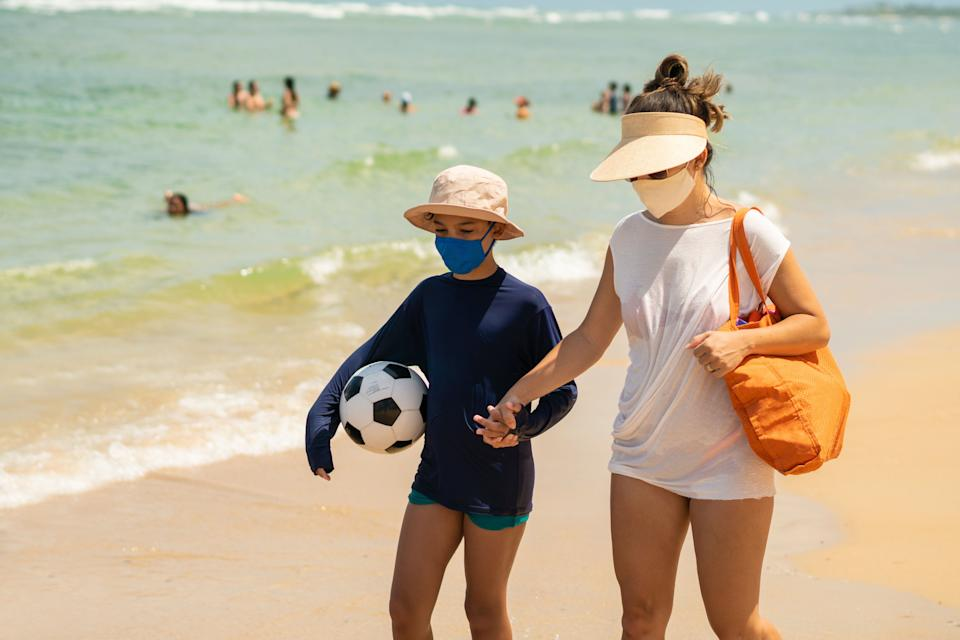 Experts say wearing a mask at the beach likely isn't necessary. (Photo: Pollyana Ventura via Getty Images)