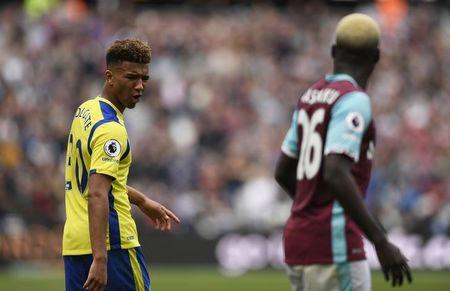 Britain Soccer Football - West Ham United v Everton - Premier League - London Stadium - 22/4/17 Everton's Mason Holgate and West Ham United's Arthur Masuaku  Action Images via Reuters / Tony O'Brien Livepic