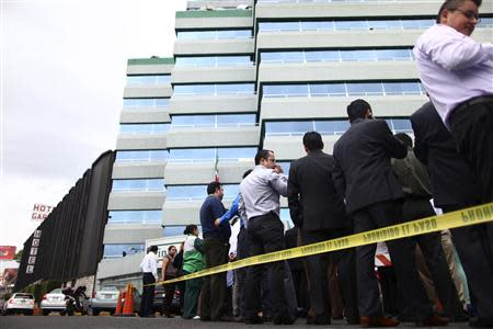 Workers evacuate a government building after a 6.8 magnitude earthquake in Mexico City May 8, 2014. REUTERS/Edgard Garrido