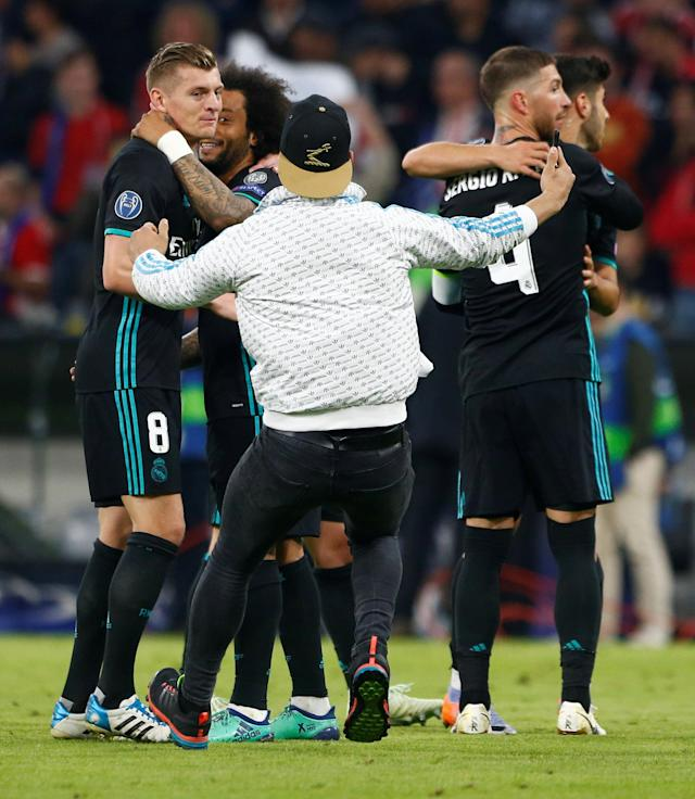 Soccer Football - Champions League Semi Final First Leg - Bayern Munich vs Real Madrid - Allianz Arena, Munich, Germany - April 25, 2018 A pitch invader approaches Real Madrid's Toni Kroos for a selfie after the match REUTERS/Michaela Rehle