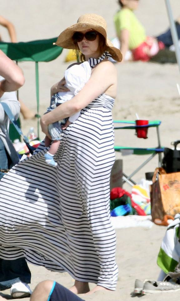 """New mom Amy Adams did her best to protect her 1-month-old daughter Aviana Olea from the sun while hanging at the beach. Jeff Steinberg/Matt Smith/<a href=""""http://www. PacificCoastNews.com"""" target=""""new"""">PacificCoastNews.com</a> - June 20, 2010"""