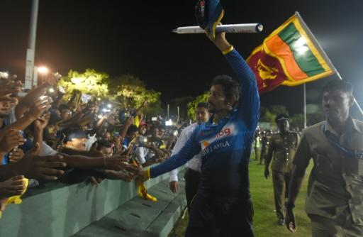 Sri Lankan cricketer Tillakaratne Dilshan (C) receives a farewell from the crowd after declaring his retirement from One Day International cricket on August 28, 2016