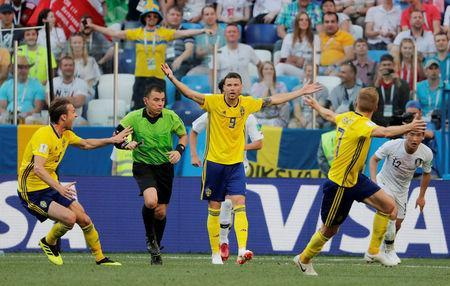 Soccer Football - World Cup - Group F - Sweden vs South Korea - Nizhny Novgorod Stadium, Nizhny Novgorod, Russia - June 18, 2018 Sweden's Marcus Berg and team mates appeal to referee Joel Aguilar after a challenge by South Korea's Kim Min-woo in the penalty area REUTERS/Carlos Barria