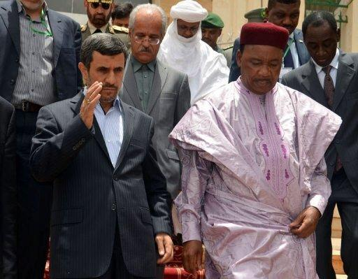 Iranian President Mahmoud Ahmadinejad (L) and Niger's President Mahamadou Issoufou, in Niamey on April 16, 2013