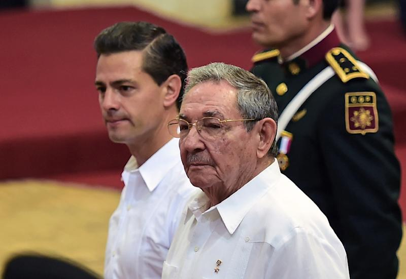 Mexican President Enrique Pena Nieto (L) speaks with Cuban President Raul Castro at the government palace in Merida, in Yucatan state, Mexico on November 6, 2015 (AFP Photo/Ronaldo Schemidt)