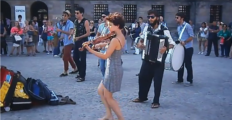 Matilda De Angelis suona il violino in piazza (Screenshot video)