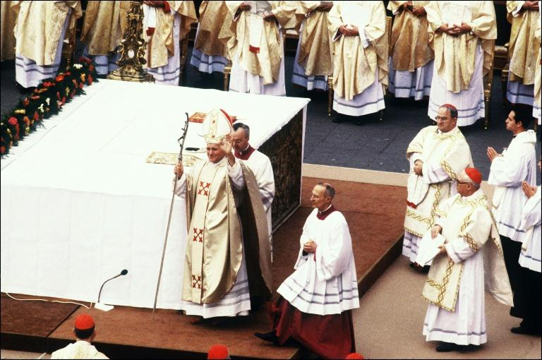 Polish pope John Paul II greets worshippers at his enthronement on October 22, 1978 at the Vatican