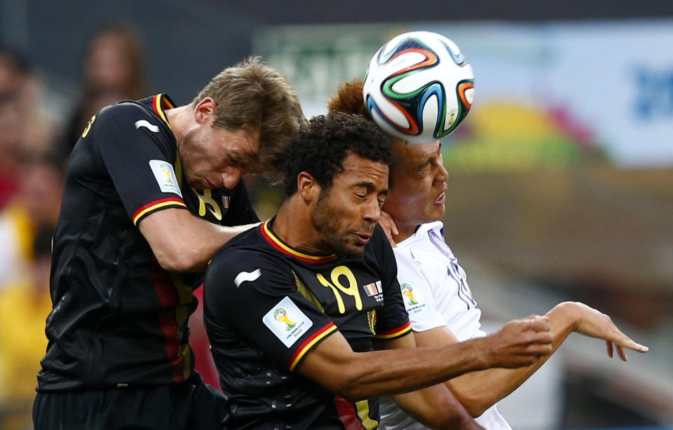 South Korea's Kim Shin-wook (R) fights for the ball with Belgium's Nicolas Lombaerts (L) and teammate Moussa Dembele during their 2014 World Cup Group H soccer match at the Corinthians arena in Sao Paulo June 26, 2014.  REUTERS/Eddie Keogh (BRAZIL  - Tags: SOCCER SPORT WORLD CUP TPX IMAGES OF THE DAY)