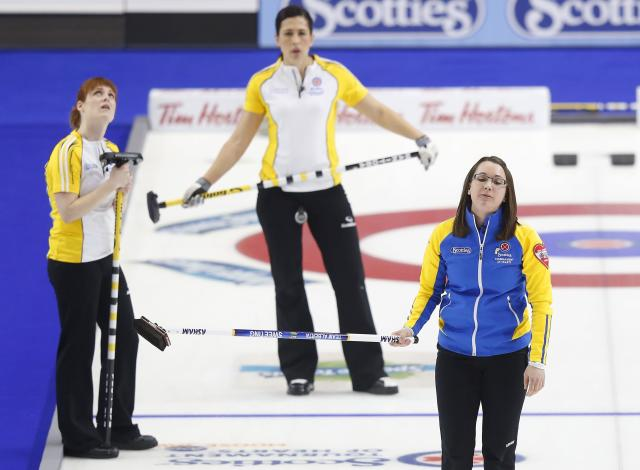Alberta skip Val Sweeting (R) reacts to her last shot in front of Manitoba lead Dawn McEwen (L) and second Jill Officer in their gold medal game during the Scotties Tournament of Hearts in Moose Jaw, Saskatchewan, February 22, 2015. REUTERS/Todd Korol (CANADA - Tags: SPORT CURLING)