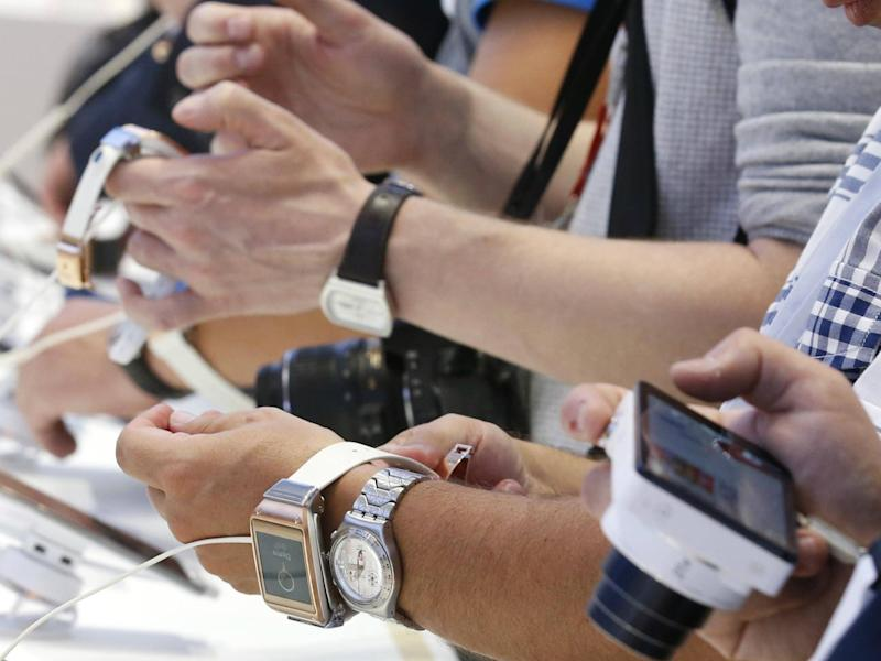 Journalists check out the Samsung Galaxy Gear smartwatch at the booth of Samsung during a media preview day at the IFA consumer electronics fair in Berlin, September 5, 2013: REUTERS/Fabrizio Bensch