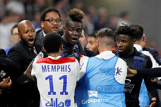Soccer Football - Ligue 1 - Olympique Lyonnais vs OGC Nice - Groupama Stadium, Lyon, France - May 19, 2018 Nice's Mario Balotelli and team mates clash with Lyon's Memphis Depay and team mates REUTERS/Emmanuel Foudrot