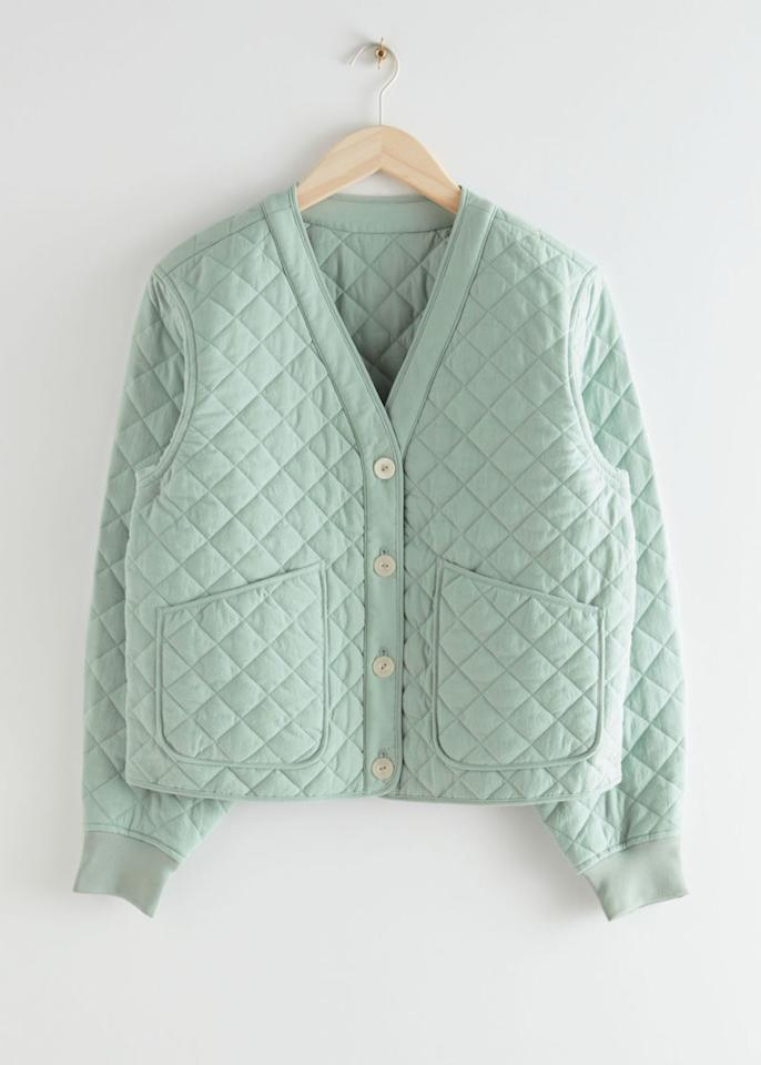 "<p>Prix : 99 €</p><br/><a target=""_blank"" href=""https://www.stories.com/en_eur/clothing/jackets-coats/jackets/product.boxy-quilted-jacket-turquoise.0883653003.html"">Acheter</a>"