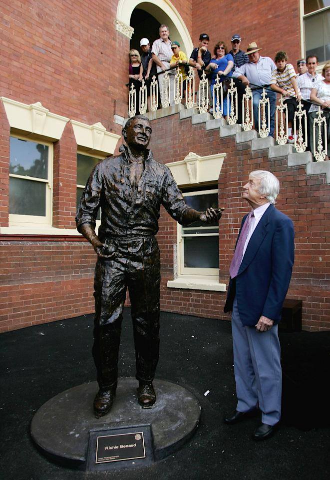 SYDNEY, AUSTRALIA - JANUARY 04:  Cricket legend, Richie Benaud, poses with a sculpture of himself following an official unveiling prior to day three of the Second Test match between Australia and India at the Sydney Cricket Ground on January 4, 2008 in Sydney, Australia. The Benaud statue is the first of ten to be unveiled in the SCG Trust sports sculpture project.  (Photo by Cameron Spencer/Getty Images)