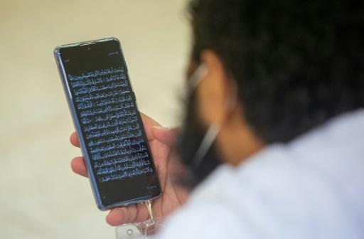 Some�pilgrims now prefer reading Koranic verses from their smartphones