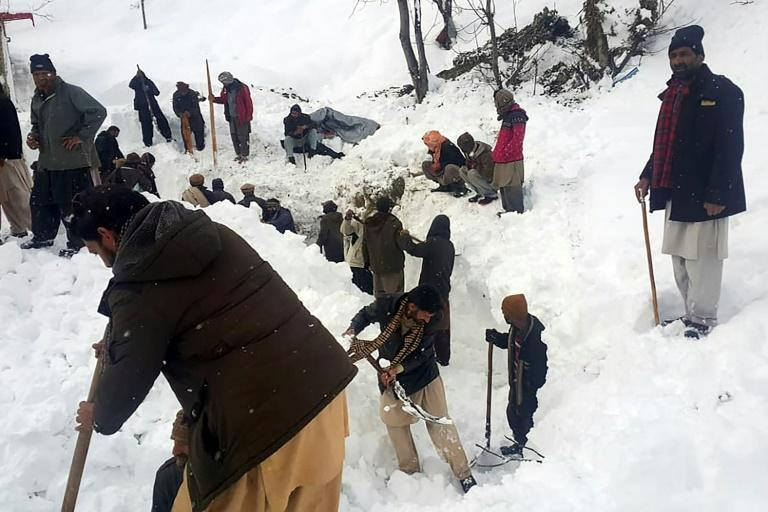 Local residents search for victims of an avalanche that hit the Neelum Valley in Pakistan-administered Kashmir (AFP Photo/STR)