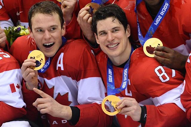 Canada's gold medallists Jonathan Toews (left) and Sidney Crosby pose during the Men's Ice Hockey Medal Ceremony during the Sochi Winter Olympics on February 23, 2014 (AFP Photo/JONATHAN NACKSTRAND)