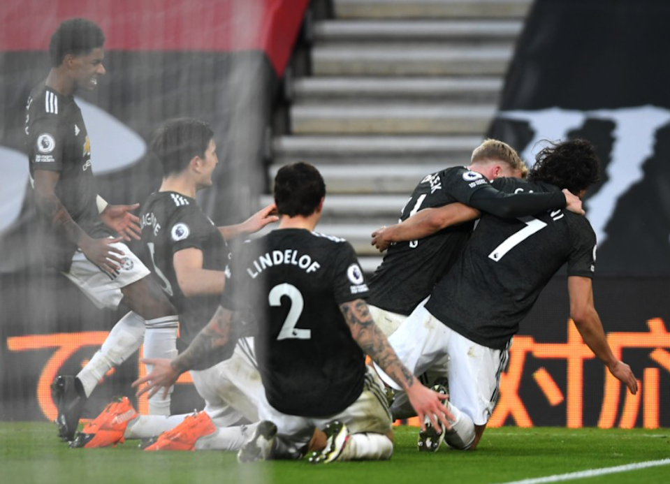 <p>Manchester United celebrate the winning goal of Edinson Cavani</p> (Reuters)