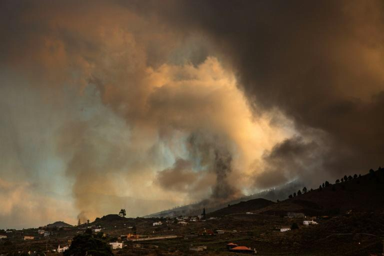 The Cumbre Vieja volcano sent huges plumes of thick black smoke into the sky after it erupted Sunday afternoon (AFP/DESIREE MARTIN)
