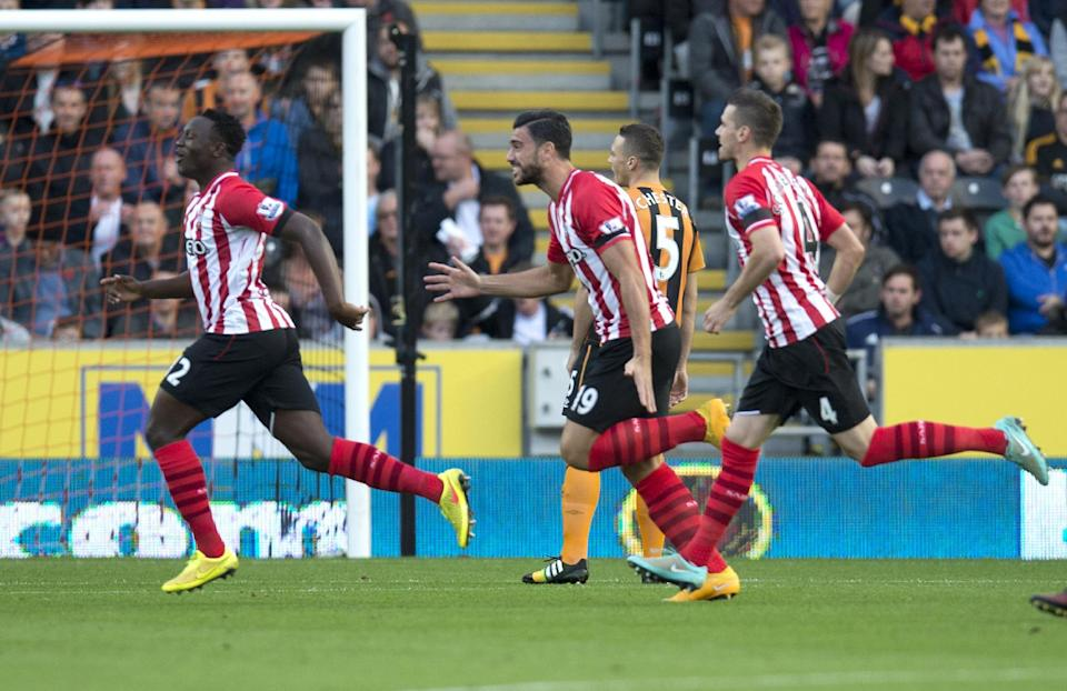 Southampton's Victor Wanyama (L) celebrates scoring a goal during their English Premier League match against Hull City, in Kingston upon Hull, east England, on November 1, 2014 (AFP Photo/Oli Scarff)