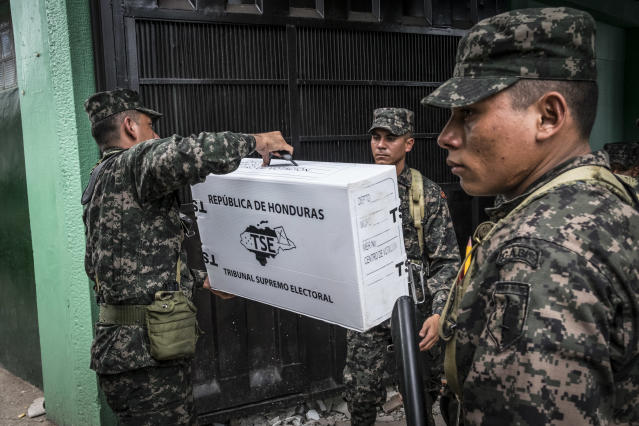 <p>Soldiers unload election materials for distribution at voting stations one day ahead of the November 26 presidential election in Tegucigalpa, Honduras. (Photo: Francesca Volpi) </p>