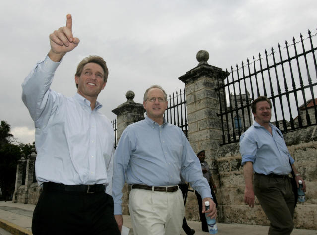 U.S. Republican Congressmen, Jeff Flake (left) and Mike Conaway (center) walk through Old Havana on a visit to Cuba by 10 members of Congress in 2006. (Photo: Reuters)